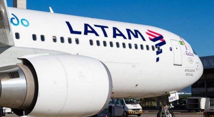 Avião da Latam parado